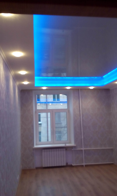 Потолок со светодиодной подсветкой.